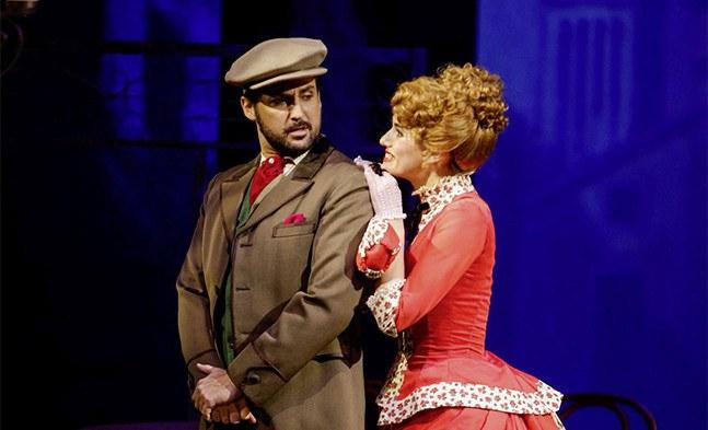 Mon dieu! Boris (Georg Leskovich) sieht es gar nicht gerne, wenn seine Freundin Claudine (Lisa Habermann) Can-Can tanzt ...