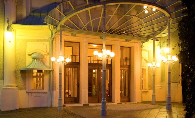 Der Eingang zur Sommerarena Baden, abends besonders stimmungsvoll © Bühne Baden