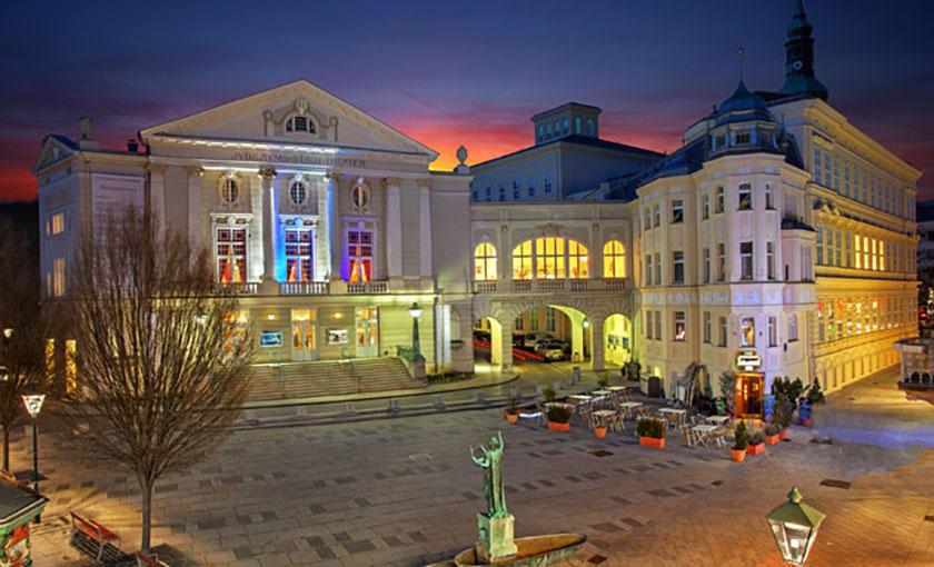 Das Stadttheater Baden – gelegen im Herzen von Baden und am Abend stimmungsvoll beleuchtet. © Christian Husar