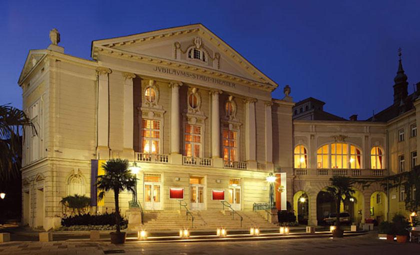 Abends ganz besonders stimmungsvoll – innen Vorstellung, außen eindrucksvolle Beleuchtung. Das Stadttheater der Bühne Baden.  © Christian Husar